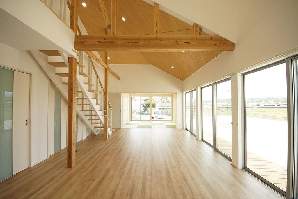 直線が美しい、深軒とガレージのデザイナーズハウス