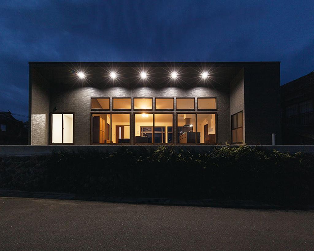 上毛町にて存在感を放つデザイナーズ平屋住宅。